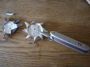 Mit der Ahle bohren wir das Loch für die Achse der Schaufelräder. foto (c) kinderoutdoor.de
