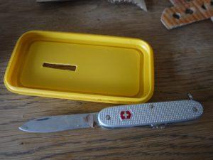 Mit dem Taschenmesser basteln: Schneidet einen Schlitz in das Deck vom Dampfer.  foto (c) kinderoutdoor.de