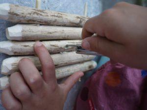 Kinder schnitzen ein Floß: Nun bohren wir die einzelnen Aststücke durch.  foto (c) kinderoutdoor.de