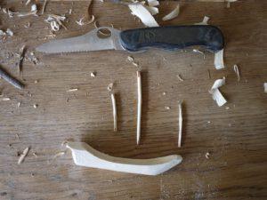 Mit dem Taschenmesser schnitzen die Kinder drei Masten.  foto (c) kinderoutdoor.de