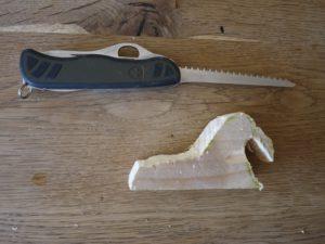 Kinder lernen schnitzen und die Ahle zu gebrauchen. Mit dem Stechdorn entfernen wir das Holz hinter den Stoßzähnen.  foto (c) kinderoutdoor.de