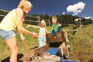 Wandern mit Kindern: Der Keltenjunge Cleverix zeigt den Kindern wo es im Tennengau am schönsten ist.   foto (c) tennengau.com |