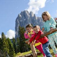 Wandern mit Kindern und immer den Langkofel im Blick. Das bietet Euch der PanaRaida bei Gröden.  foto (c) valgardena.it