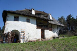 Urlaub auf dem Bergbauernhof: Der Rote Hahn bietet in Südtirol knapp 150 Unterkünfte an, die über 1.500 Metern liegen. Hier gibt es eine Menge zu entdecken und zu tun: Mountainbike- oder Wandertouren und im Stall mithelfen stehen auf dem Programm.  foto (c) kinderoutdoor.de