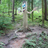 Wandern mit Kindern in Baiersbronn: Hier sind die kleinen Outdoorer gerne auf dem Holzweg.   foto (c) kinderoutdoor.de