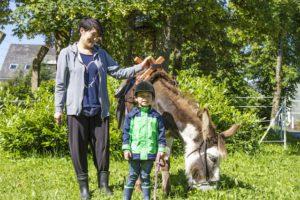 Wandern mit Kindern im Rothaargebirge: Mit Esel macht die Tour doppelt so viel Spaß! Foto (c) Ferienwelt Winterberg