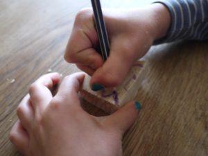 Schnitzen mit Kindern. Wenn Ihr Tiere schnitzen wollt, tut Ihr Euch leichter, wenn Ihr diese auf das Holz skizziert.  foto (c) kinderoutdoor.de