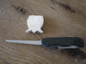 Mit dem Taschenmesser werken die Kinder an diesem Stück Holz. Langsam nimmt unsere Muschel ihre spätere Form an.  foto (c) kinderoutdoor.de