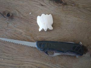Kinder schnitzen mit dem Taschenmesser eine Jakobsmuschel: Nun ist das Werkstück fast zur Hälfte fertig.  foto (c) kinderoutdoor.de