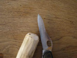 Die Kinder schnitzen mit dem Taschenmesser nun das Ende vom Astholz rund ab.  foto (c) kinderoutdoor.de