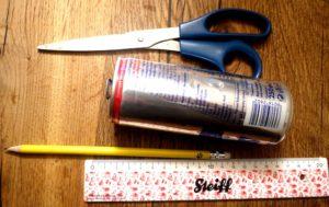 Basteln mit Kindern: Aus diesen Materialien entsteht eine Trillerpfeife für Notfälle.  foto (c) kinderoutdoor.de