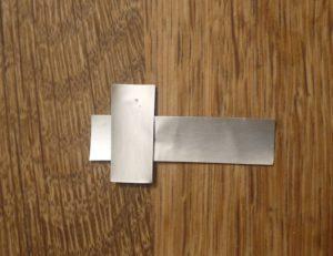 Basteln mit Kindern: Jetzt fügen wir die beiden Bauteile unserer Signalpfeife zusammen.  foto (c) kinderoutdoorde