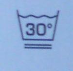 Outdoor Kleidung richtig waschen: Der aufmerksame Beobachter sieht sofort die beiden Striche unter der Waschwanne. Was das wohl bedeutet? Bei Outdoor Kleidung mit diesem Symbol wählt Ihr bitte einen speziellen Schonwaschgang.   foto (c) kinderoutdoor.de