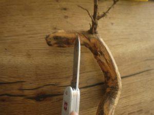 Mit dem Taschenmesser schnitzen die KInder dem Drachen seinen Kopf. Foto (c) kinderoutdoor.de