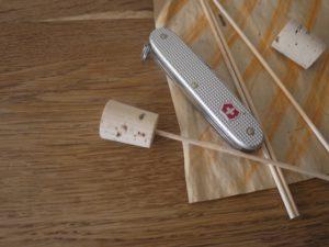 Los gehts mit unserer Bastelei: Zuerst einmal einen Korken mit dem Schaschlikspieß durchbohren.  foto (c) kinderoutdoor.de