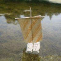 Unser Korkenfloß legt ab und segelt dahin.   foto (c) kinderoutdoor.de