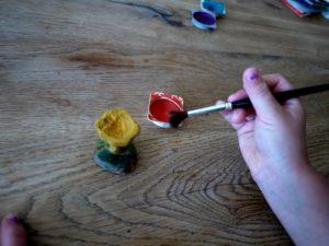 Fertig sind wir mit dem Schnitzen und malen jetzt den Pilz an.  foto (c) kinderoutdoor.de