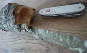 Kinder schnitzen mit dem Taschenmesser nun den Kopf der Schöpfkelle. foto (c) kinderoutdoor.de