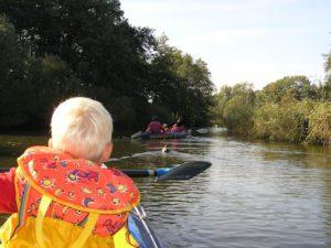 Kanufahren mit der Familie. Eng geht es teilweise auf der Tauber zu. Die Bäume wachsen in den Fluß hinein und Steine versperren den Weg.  foto (c) kinderoutdoor.de