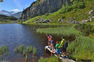 Wandern mit Kindern in Sankt Anton am Arlberg: Am Maiensee bei Sankt Christoph startet der Senn´s WunderWanderWeg mit 13 Erlebnisstationen. foto (c) TVB St. Anton am Arlberg/Fotograf Josef Mallaun
