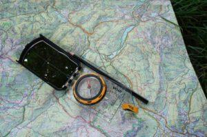 Karte und Kompass: Kinderleicht ist es sich zu orientieren.  foto (c) kinderoutdoor.de