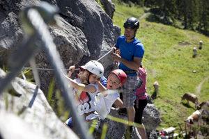 Klettersteige für Familien: In Warth-Schröcken zeigen geprüfte Bergführer wie es bergauf geht am Eisenweg. foto (c) kinderoutdoor.de