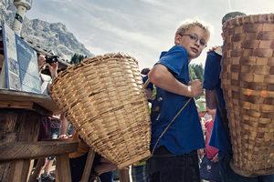 Bei der Tiroler Zugspitz Arena können die Kinder immer am Freitag bis zum 14.Oktober mithelfen die seltene Haustiere zu füttern und lernen Holzspiele aus der Zeit von Ur-Ur-Opa kennen.  Copyright: Ganghoferhütte /Christoph+Moni