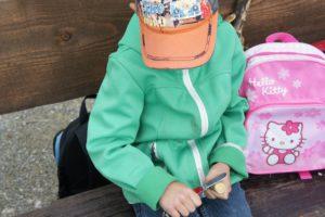 Richtiger Umgang mit dem Taschenmesser: Eien Hand hält das Holz und bleibt hinter dem Messer.  foto (c) Kinderoutdoor.de