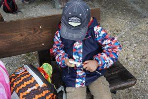 Richtiger Umgang mit dem Taschenmesser: Nur wer sitzt, der schnitzt. Gehen und gleichzeitig schnitzen ist gefährlich!  Foto (c) kinderoutdoor.de