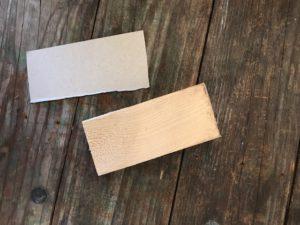 Kinder schnitzen ein Schwirrgerät. Dazu braucht Ihr ein Stück Restholz und ein wenig Altpapier um eine Schablone zu fertigen. Foto (c) kinderoutdoor.de
