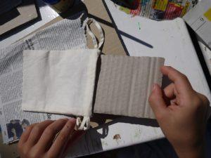 Stoffdruck mit Kindern: Damit die Farbe nicht auf der anderen Seite der Tasche zu sehen ist, legen wir einen Karton rein. foto (c) kinderoutdoor.de
