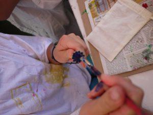Bevor wir den Mohn auf den Stoff drucken, malen wir ihn mit Textilfarbe an. foto (c) kinderoutdoor.de