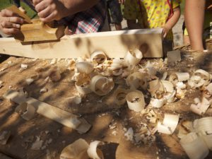 Ein Zirbenholzkissen basteln: Schnippelt mit dem Hobel oder dem Taschenmesser große Späne vom Zirbenholz ab.  Foto © kinderoutdoor.de