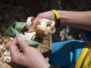 NUn die Zirbenspäne in den Baumwollbeutel geben.  foto (c) kinderoutdoor.de