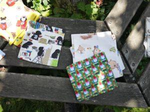 Für das Zirbenholzkissen braucht Ihr einen leeren Baumwollbeutel oder einen Kissenüberzug.  Foto © kinderoutdoor.de