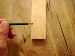 Bevor die Kinder mit dem Taschenmesser werken, zeichnet Ihr die Rennmaus auf das Holz auf. foto (c) kinderoutdoor.de