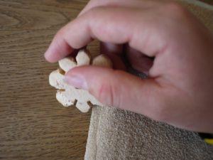 Nach dem Schnitzen kommt das Schleifpapier zum Einsatz. Schmirgelt damit die Strickblume glatt. Foto © kinderoutdoor.de
