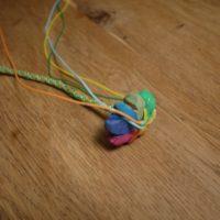Unsere geschnitzte Strickblume bekommt Farbe ab.   Foto © kinderoutdoor.de