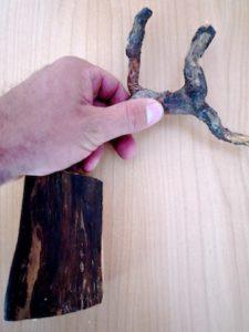 Mit unserer Schnitzanleitung sind wir fast fertig und befestigen sie auf dem Holzsockel.  foto (c) kinderoutdoor.de