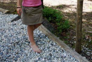 Barfußpfade wie der in Nordhessen am Hohen Meißen, sind bei den Kindern beliebt. Besonders die Passage an der es durch einen Bach geht.  foto (c) kinderoutdoor.de