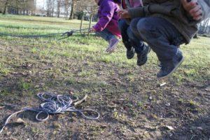 Schnitzeljagd im Herbstwald: Beim Drehzapfenspiel müssen die Kinder gut hüpfen können.  foto (c) kinderoutdoor.de