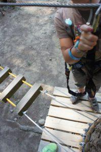 Im Kletterwald geht die Sicherheit vor! Einklinken und Spaß haben.  foto (c) kinderoutdoor.de