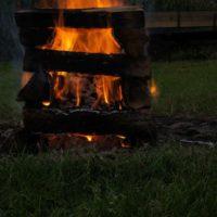 Ein Lagerfeuer machen ist für Outdoorkids ein wunderbares Abenteuer.   foto (c) kinderoutdoor.de