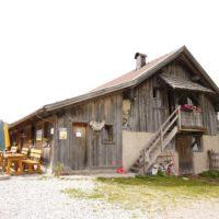 Wandern mit Kindern in Südtirol hat oft urige Almen und einladende Berghütten als Ziel.  Foto (c) kinderoutdoor.de