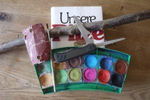 Kinder schnitzen mit dem Taschenmesser einen Pilz: Hier seht Ihr das nötige Material dazu. foto (c) kinderoutdoor.de