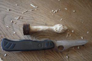 KInder lernen schnitzen mit dem Taschenmesser. Fertig ist der Stinmorchel.  foto (c) kinderoutdoor.de
