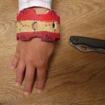 Kinder basteln mit dem Taschenmesser einen Armreifen
