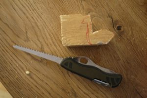 Kinder Schnitzen mit dem Taschenmesser eine Kanada Gans. foto (c) kinderoutdoor.de