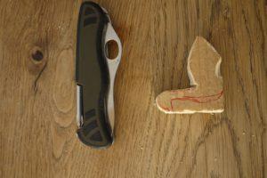 Mit dem Taschenmesser schnitzen die Kinder die Details der Holzfigur heraus.  foto (c) kinderoutdoor.de