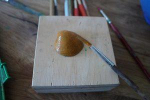 Basteln mit Muscheln ist kinderleicht. Malt den Fischkörper in eine knalligen Farbe an.  foto (c) kinderoutdoor.de